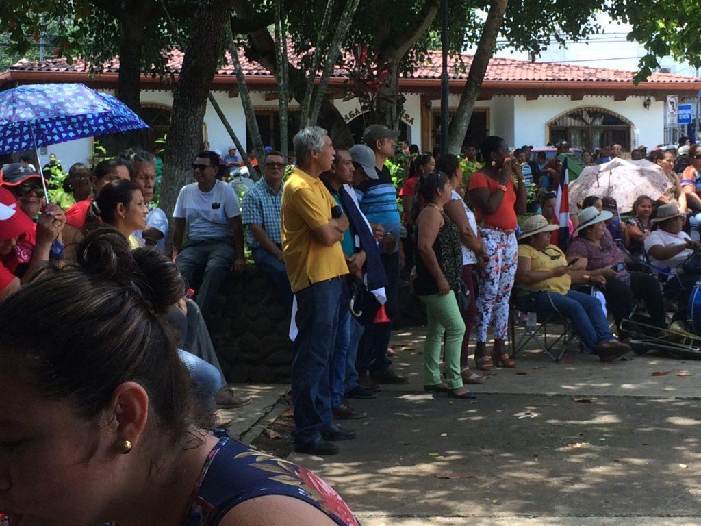 Viele Teilnehmer an der Demonstration in Nicoya