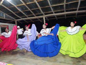 Kontakt zu Einheimischen bei traditionellen Tänzen in Costa Rica
